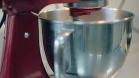 El mezclador de alimentos de alta calidad rojo azota la comida en cuenco de aluminio grande metrajes