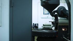 El mezclador del dispositivo del café que fríe almacen de metraje de vídeo