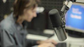 El micrófono en el estudio almacen de video