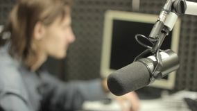 El micrófono en el estudio almacen de metraje de vídeo