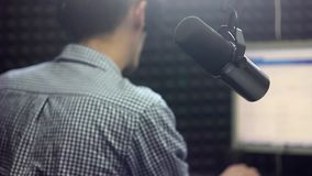 El micrófono en el estudio metrajes