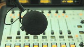 El micrófono en el estudio de radio almacen de metraje de vídeo