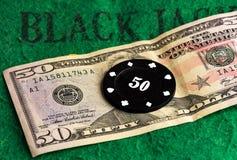 El microprocesador negro del casino miente en una cuenta del efectivo Imagenes de archivo