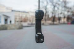El microteléfono cuelga en un alambre Fotos de archivo