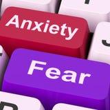 El miedo de la ansiedad cierra los medios ansiosos y asustados Imagenes de archivo