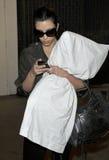 El miembro de la jet-set Kim Kardashian se ve en LAX. Ju Imagenes de archivo