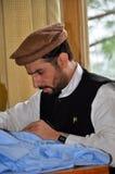 El miembro de Talibanes del pakistaní aprende la costura en el centro de formación profesional de la rehabilitación en valle del g Fotos de archivo libres de regalías