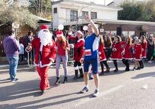 El miembro del funcionamiento anual de la Navidad hace el selfie con Santa Claus Imagen de archivo libre de regalías