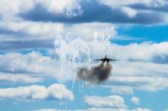 El MiG-29 en fuegos artificiales del ataque aéreo y de los lanzamientos con el tr termal foto de archivo