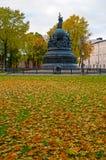 El milenio del monumento de Rusia en puesta del sol del otoño y la gente que camina en el otoño parquean en Veliky Novgorod, Rusi Fotografía de archivo libre de regalías