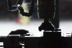 El miling del CNC de la cara de corte de la materia prima Imagenes de archivo