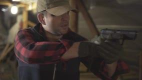 El militar con un arma y hace un diferente tipo de cara metrajes