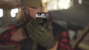 El militar con un arma y hace un diferente tipo de cara almacen de metraje de vídeo