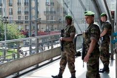 El militar guarda en Gare de l'Est en París. Imagenes de archivo
