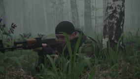 El militar miente en la tierra almacen de video