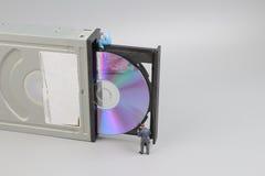 el mini ingeniero y trabajador fijaron para limpiar el CD-ROM foto de archivo