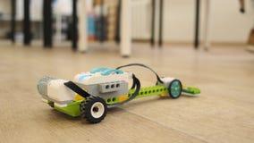 El mini modelo del coche electrónico plástico mueve el dow el cierre del piso encima de la cámara lenta de la visión metrajes