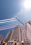 El Ministerio de Asuntos Exteriores de la Federación Rusa y los aviones militares rusos vuelan en la formación, Moscú Imágenes de archivo libres de regalías