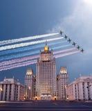 El Ministerio de Asuntos Exteriores de la Federación Rusa y los aviones militares rusos vuelan en la formación, Moscú Imagenes de archivo