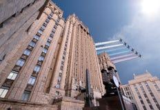 El Ministerio de Asuntos Exteriores de la Federación Rusa y los aviones militares rusos vuelan en la formación, Moscú Fotografía de archivo