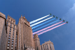 El Ministerio de Asuntos Exteriores de la Federación Rusa y los aviones militares rusos vuelan en la formación, Moscú, Rusia Fotos de archivo libres de regalías