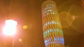 El ministerio de la iluminación del edificio de la justicia en la noche, lugar de visita turístico de excursión en Batumi almacen de video