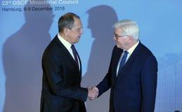 El Ministro de Asuntos Exteriores Dr Frank-Walter Steinmeier del alemán acoge con satisfacción a Sergey Lavrov Fotografía de archivo libre de regalías