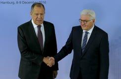 El Ministro de Asuntos Exteriores Dr Frank-Walter Steinmeier del alemán acoge con satisfacción a Sergey Lavrov Foto de archivo libre de regalías