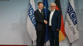 El Ministro de Asuntos Exteriores federal Dr Frank-Walter Steinmeier da la bienvenida a Edgars Rinkevics almacen de metraje de vídeo