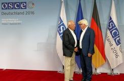 El Ministro de Asuntos Exteriores federal Dr Frank-Walter Steinmeier da la bienvenida a Jose Manuel Garcia - Margallo y Marfil fotos de archivo libres de regalías