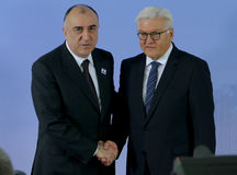 El ministro Dr Frank-Walter Steinmeier acoge con satisfacción a Elmar Mammadyarov Fotografía de archivo libre de regalías