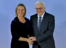 El ministro Dr Frank-Walter Steinmeier acoge con satisfacción a Federica Mogherini Imágenes de archivo libres de regalías