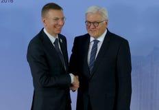El ministro Dr Frank-Walter Steinmeier da la bienvenida a Edgars Rinkevics Fotos de archivo