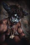El minotaur enojado del hombre del bodyart con el hacha en cueva Fotografía de archivo libre de regalías
