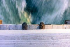 El mirar abajo de un puente un río corriente rápido Imagenes de archivo