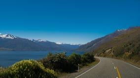 El mirar abajo del camino el lago Wanaka Foto de archivo libre de regalías