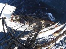 El mirar abajo el mar de en alto en un tallship Imagen de archivo