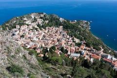El mirar abajo la ciudad de la historia de Taormina en Sicilia Imagen de archivo libre de regalías