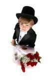 El mirar abajo un muchacho en rosas de la explotación agrícola del tux Foto de archivo libre de regalías