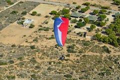 El mirar abajo un paracaídas Fotos de archivo libres de regalías