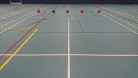 El mirar abajo una corte del dodgeball lista para jugar Foto de archivo