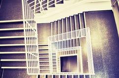 El mirar abajo una escalera moderna Imágenes de archivo libres de regalías