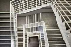 El mirar abajo una escalera moderna Imagen de archivo
