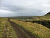 El mirar detrás abajo de la pista que camina el barranco de Fjadrargljufur Fotografía de archivo libre de regalías