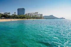 El mirar detrás la playa de Waikiki fotografía de archivo