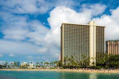 El mirar detrás la playa y Hilton Hotel de Waikiki imagen de archivo