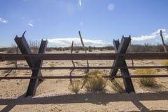 El mirar en México de New México las cercas de la frontera fotografía de archivo libre de regalías