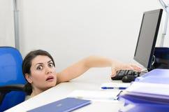 El mirar a escondidas de la mujer de negocios Imagen de archivo libre de regalías