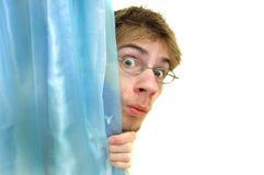 El mirar a escondidas detrás de la cortina Fotografía de archivo