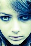 El mirar fijamente adolescente de la muchacha Imagenes de archivo